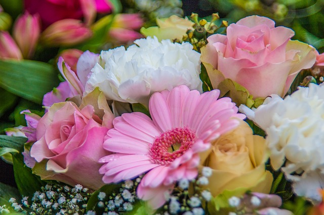Buy flowers to go with your Wedding Anniversaries ideas